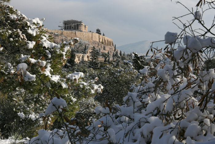 Μαγικές εικόνες από την χιονισμένη Αθήνα και τα αρχαία της